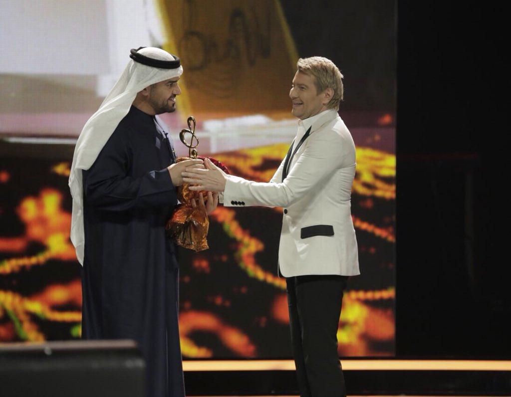 حسين الجسمي خلال تكريمه على مسرح قصر الكرملين
