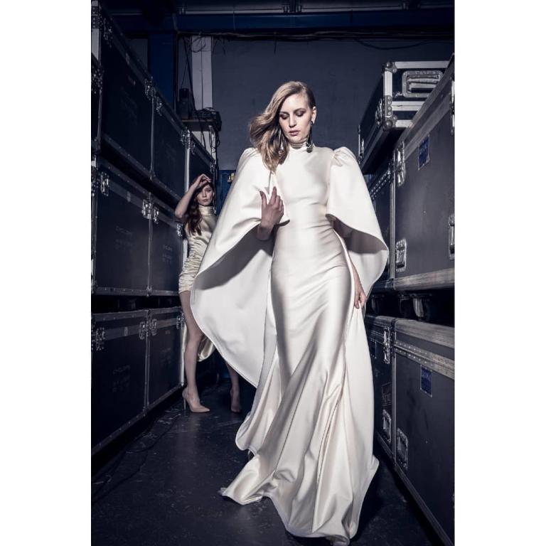 فستان أنيق أبيض من الساتان من نيكولا جبران