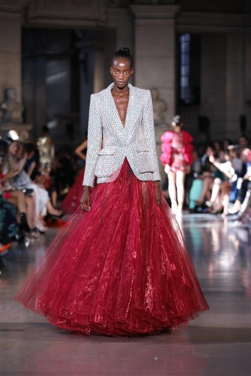 الفستان مع البليزر بلمسة غير تقليدية من رامي قاضي