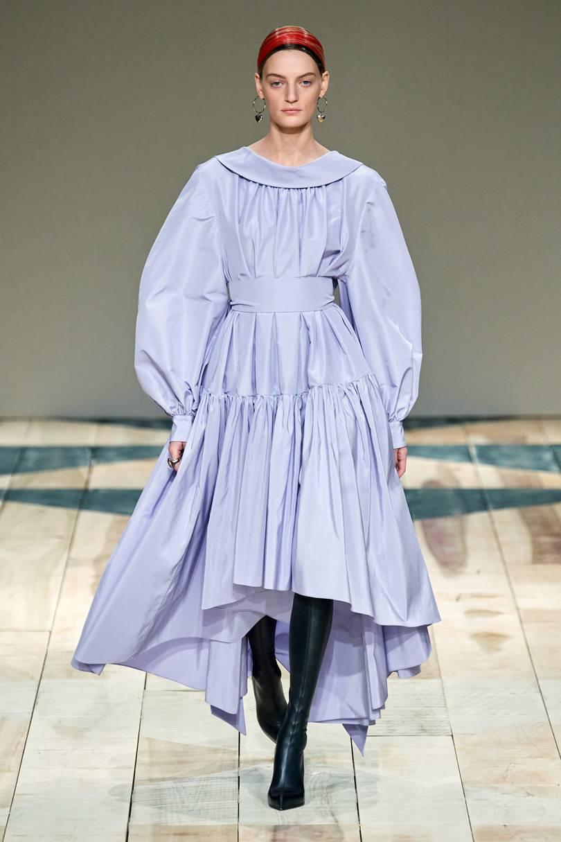 العباية الفستان بألوان الباستيل من Alexander McQueen