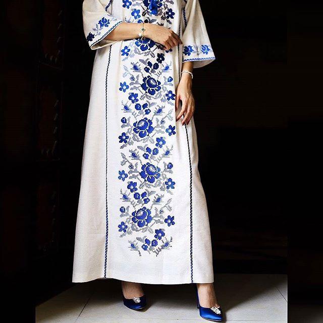 الجلابيات البيضاء مع رسومات الورود باللون الأزرق