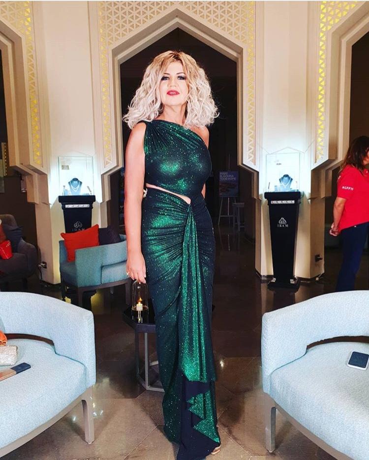 بوسي شلبي بفستان أخضر براق من توقيع تمرازا Temraza