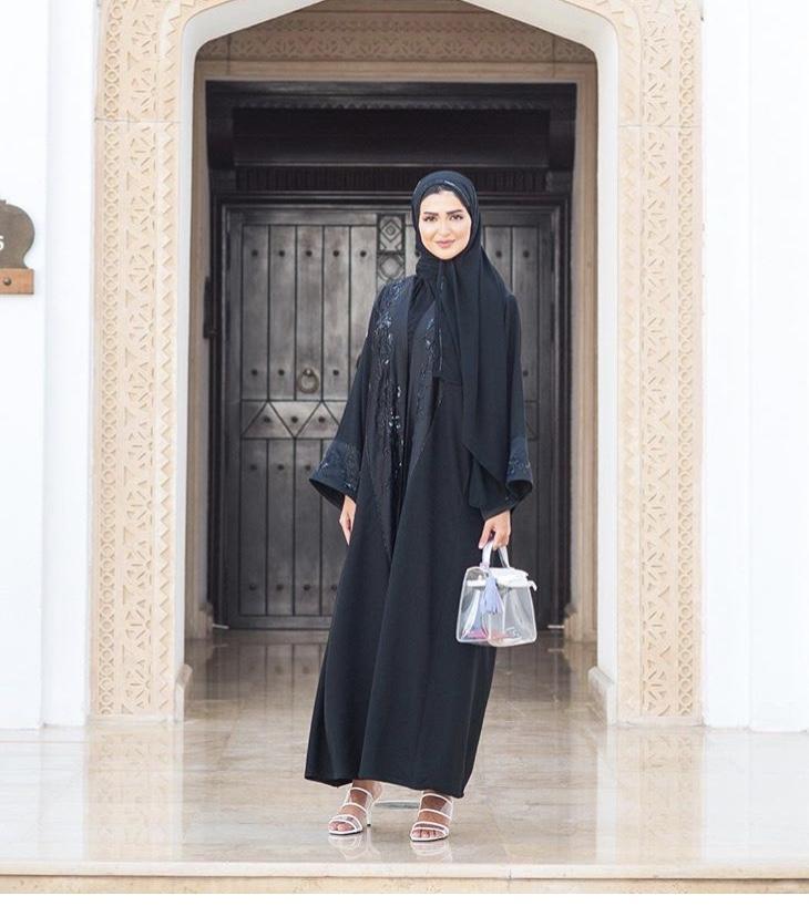 عباية سوداء مفتوحة مطرزة من حنين الصيفي