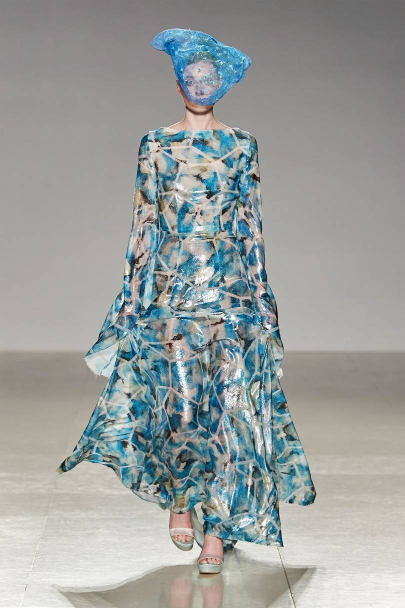الفساتين اللامعة مستوحاة من ألوان البحر