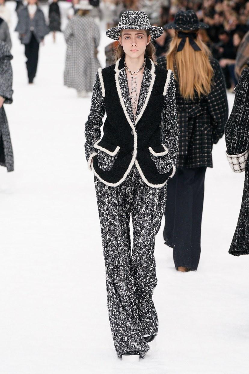 البدلة بخامة التويد من Chanel