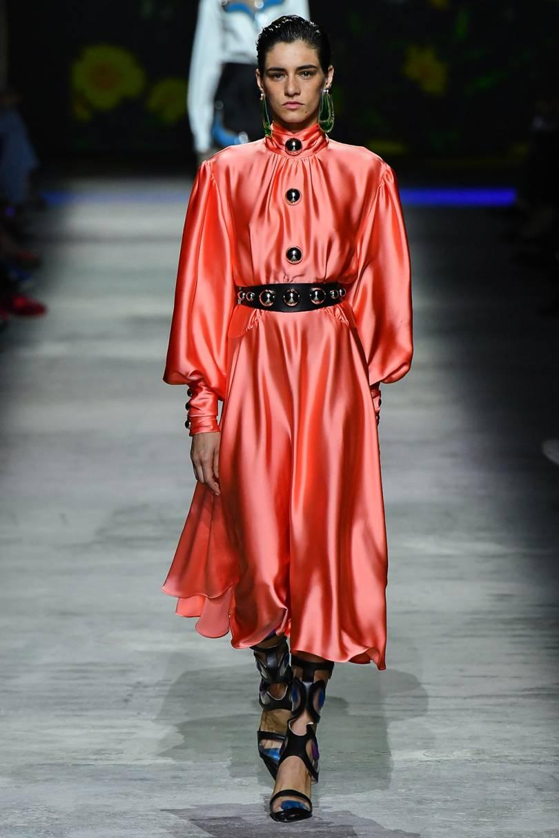 الفساتين الساتان الناعمة من Christopher Kane