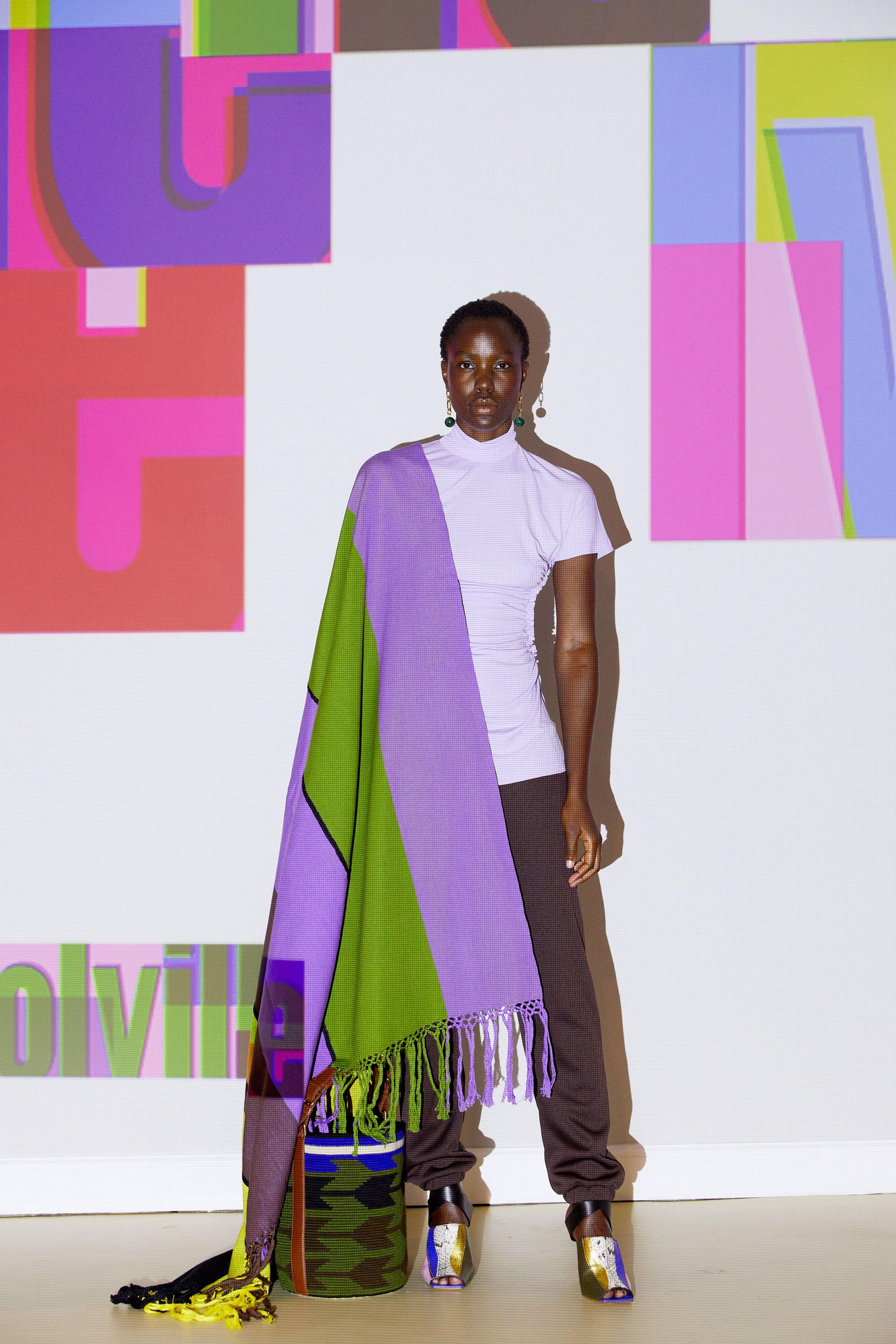 التصاميم الهندسية مع الألوان المتداخلة للمرأة القوية