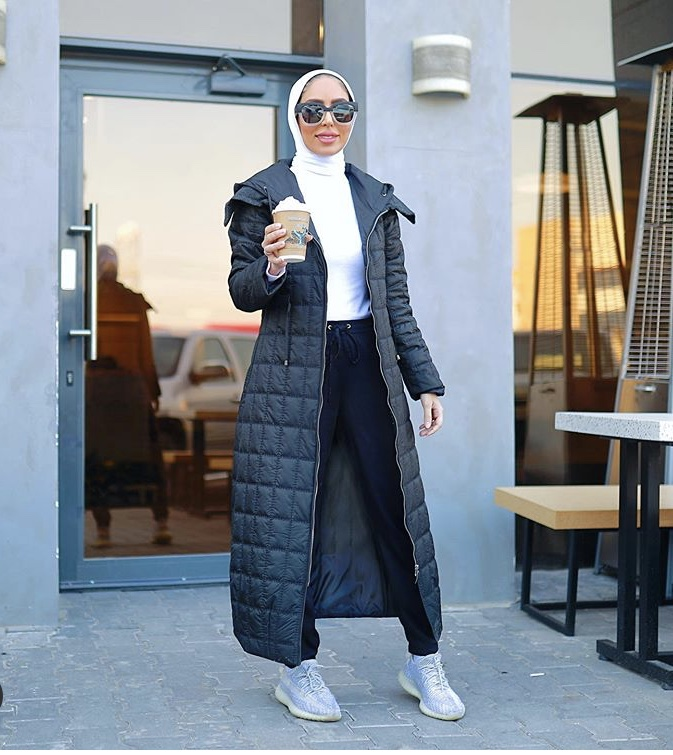 المعطف الطويل مع البناطيل الرياضية بأسلوب دلال القبندي