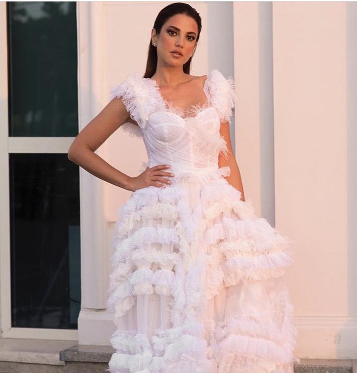 درة بفستان أبيض من الريش والتول