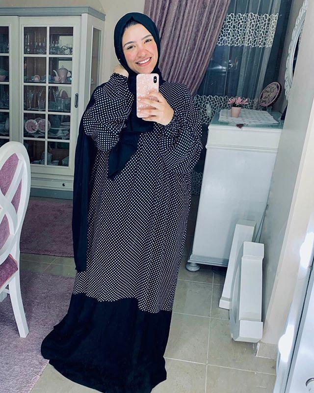 الفستان الواسع المنقط من دينا رزق