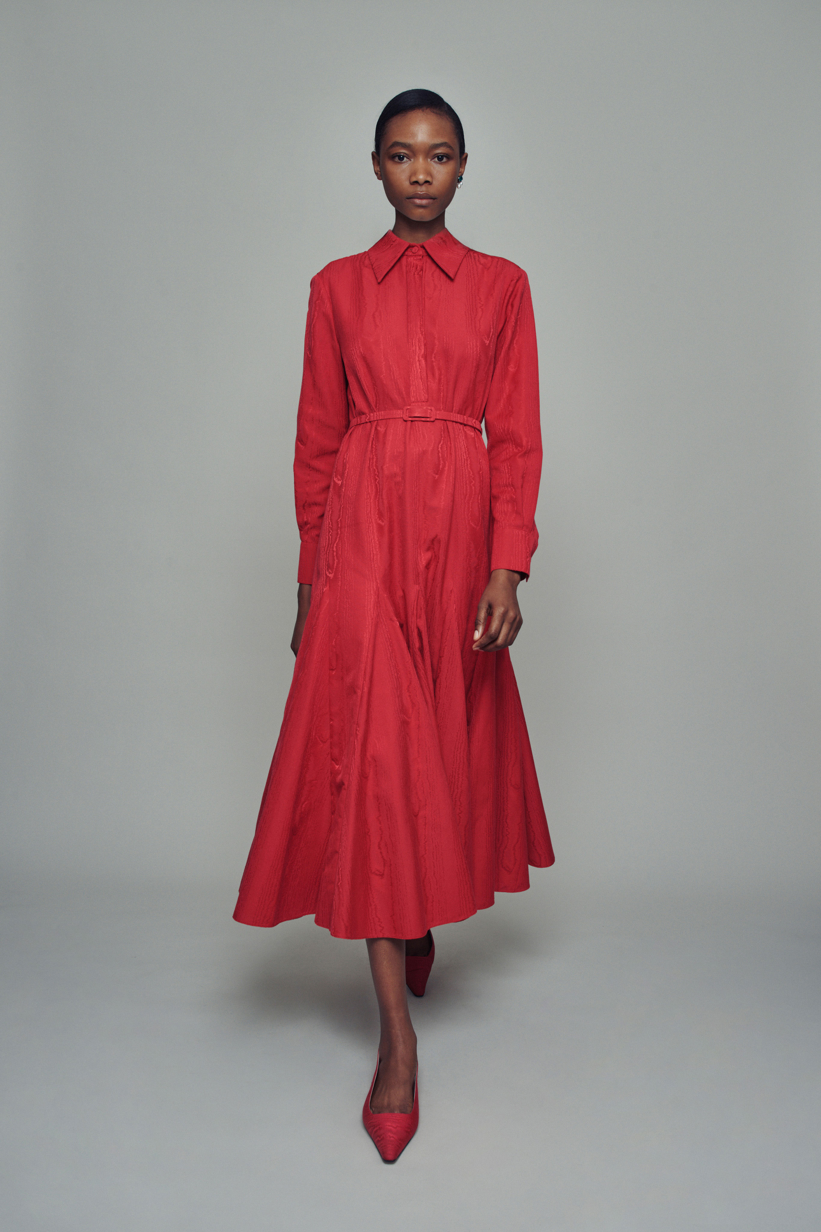الفساتين البسيطة بالألوان الأساسية موضة بسيطة لعام 2021