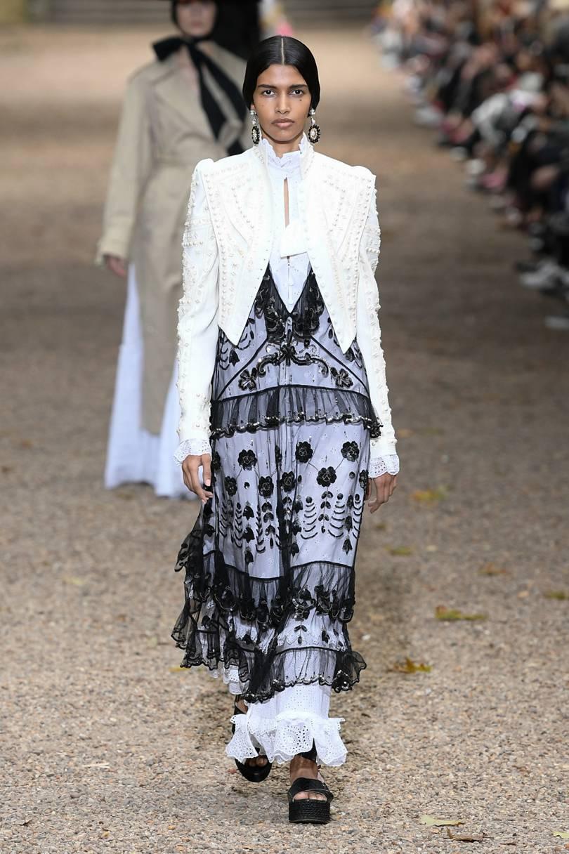 الفساتين المصنوعة من التول الشفاف باللون الأسود