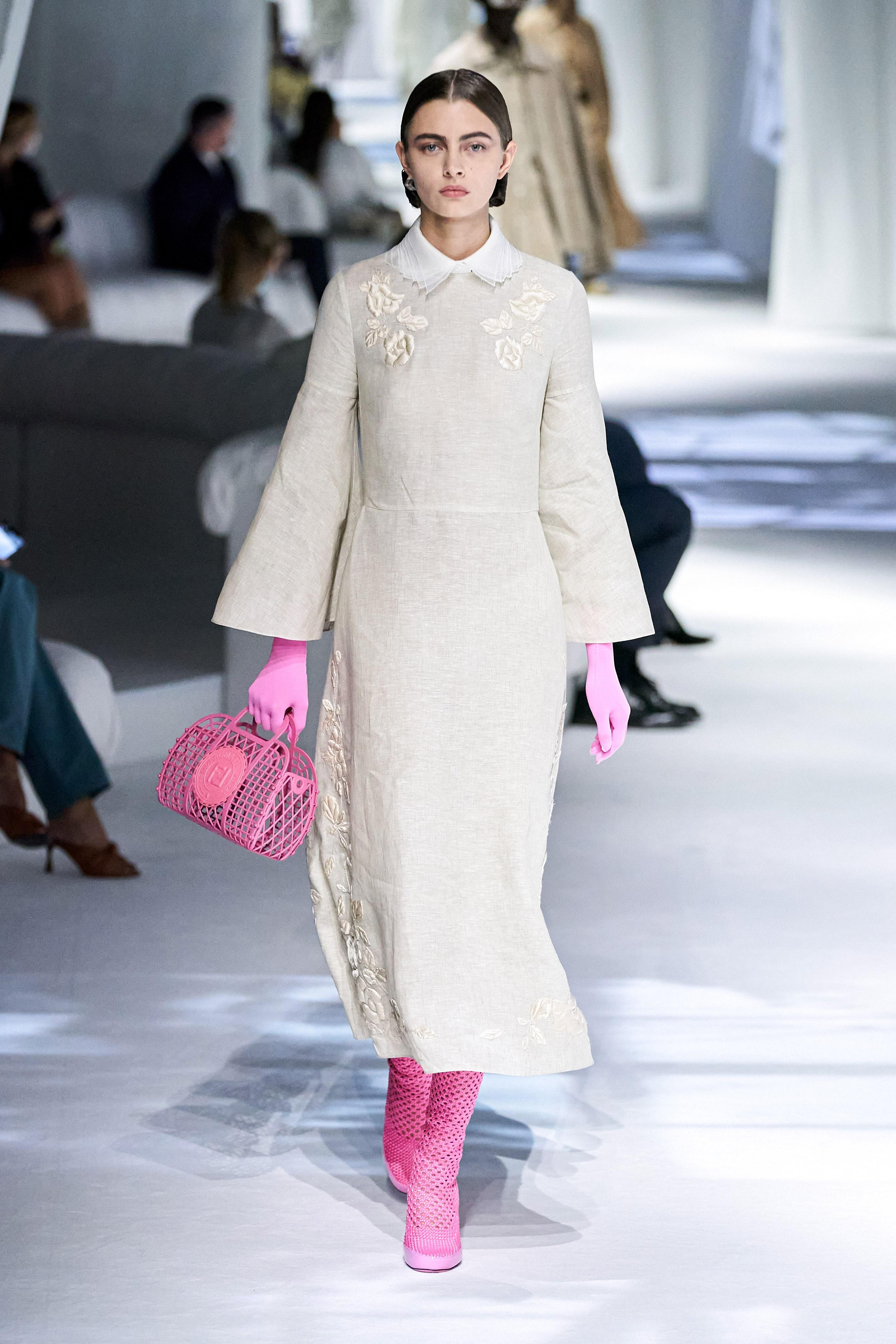 الفساتين الناعمة مع الإكسسوارات العصرية من فيندي