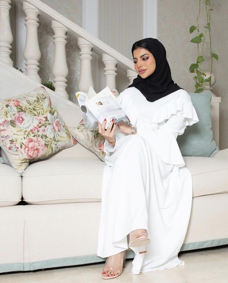 شهد الزهراني بفستان باللون الأبيض لإطلالة ملكية