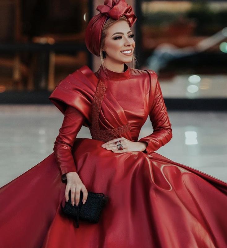 فستان جلد أحمر شتوي من منة السوني