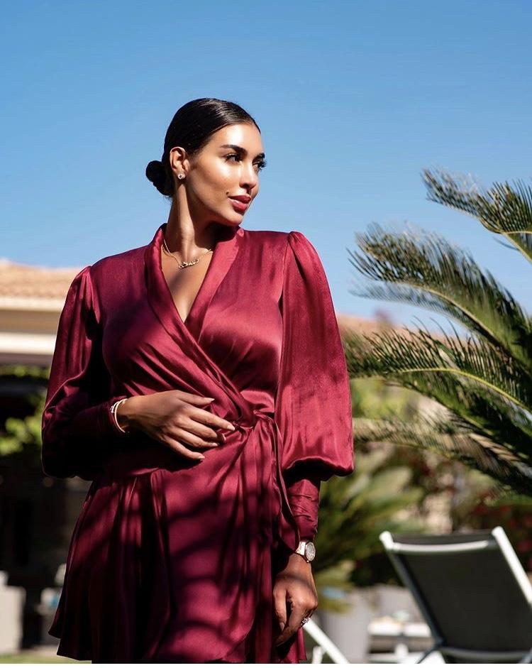 ياسمين صبري بفستان أحمر من الستان الحريري