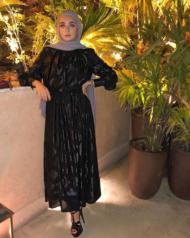 فستان أسود شفون بلمسة لامعة من لانا حطاب