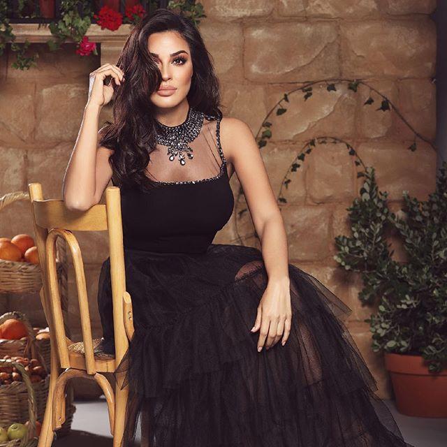 فستان أسود طويل مع التول المنفوش