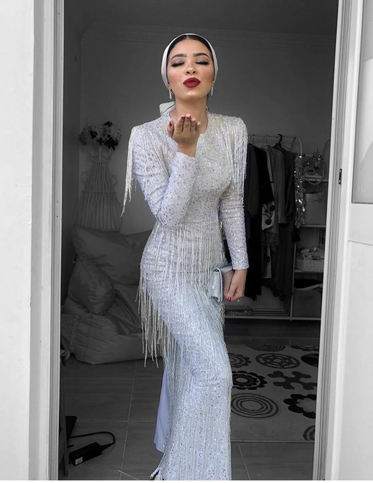 فستان ميدي طويل مع الشراشيب من منة السوني