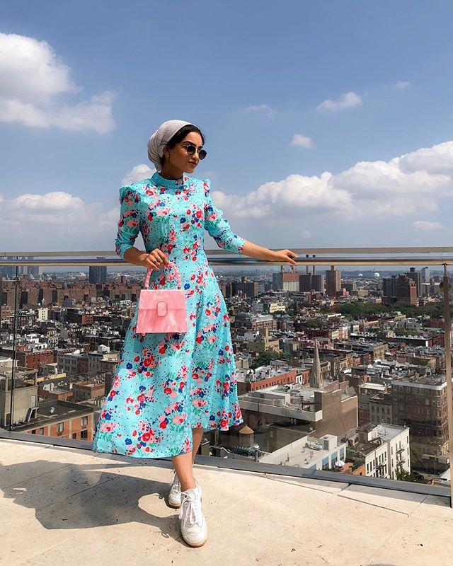 الفستان بالألوان السماوية مع رسومات الورود الصغيرة