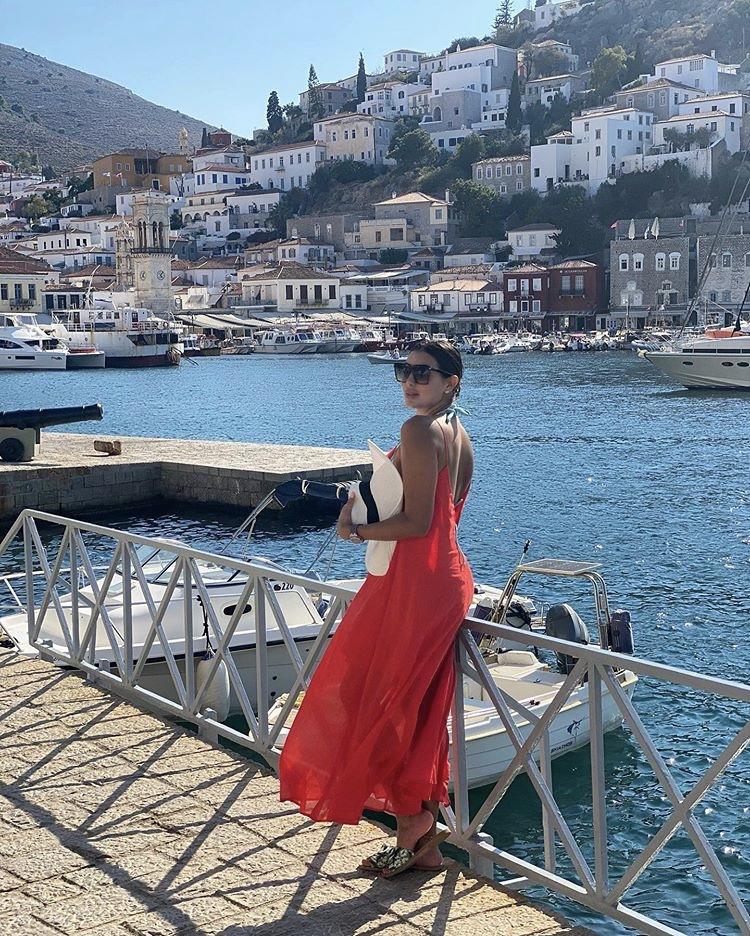 ياسمين صبري بفستان أحمر جريء مفتوح من الظهر