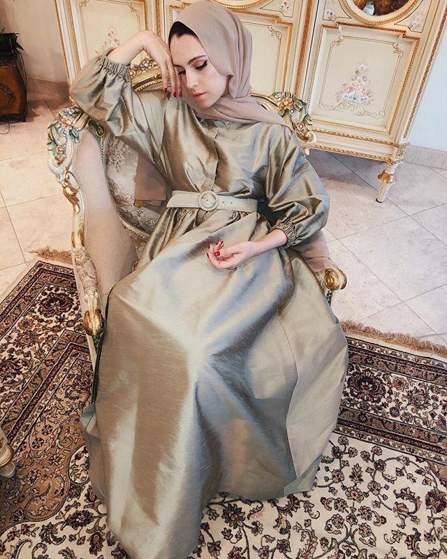 الفساتين الساتان الحادة بألوان مخملية لاطلالة أنثوية