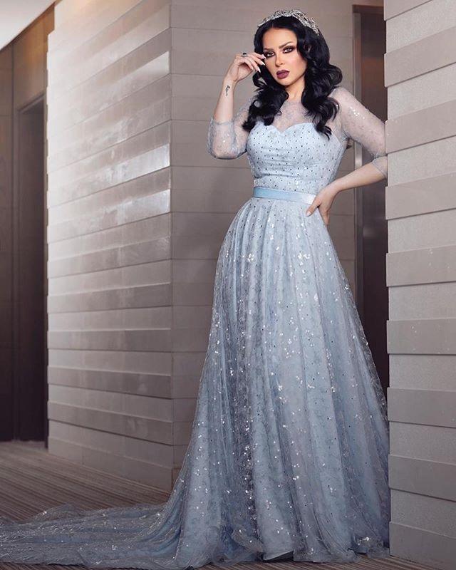 ديانا كرازون تعتمد على الفساتين المخصّرة