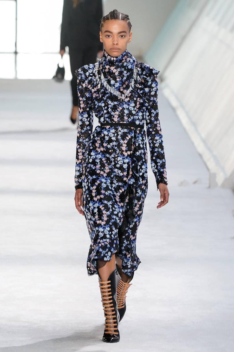 فستان أزرق مطبع بالورود من Giambattista Valli