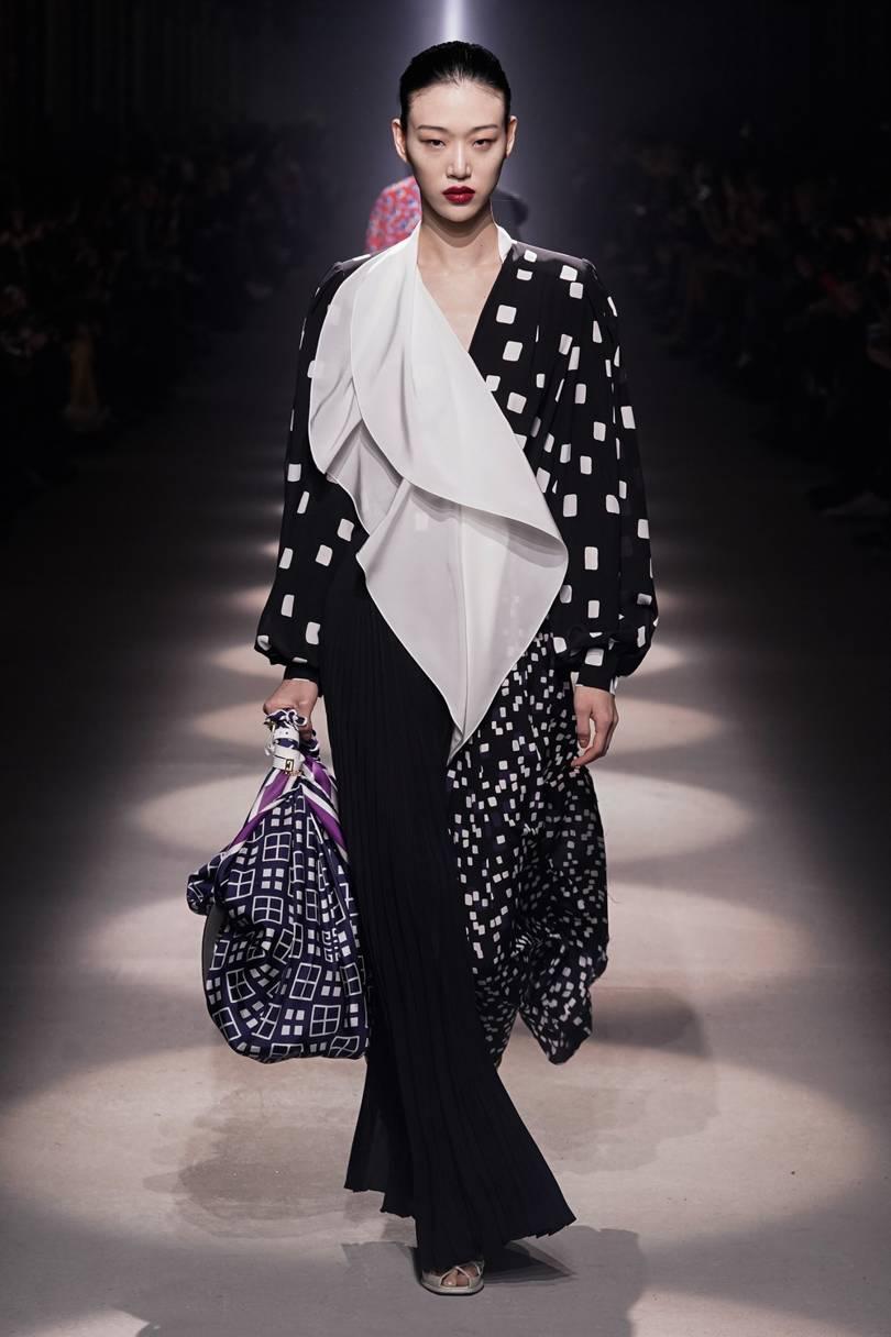 العباية الفستان من Givenchy مع لمسة النقوشات