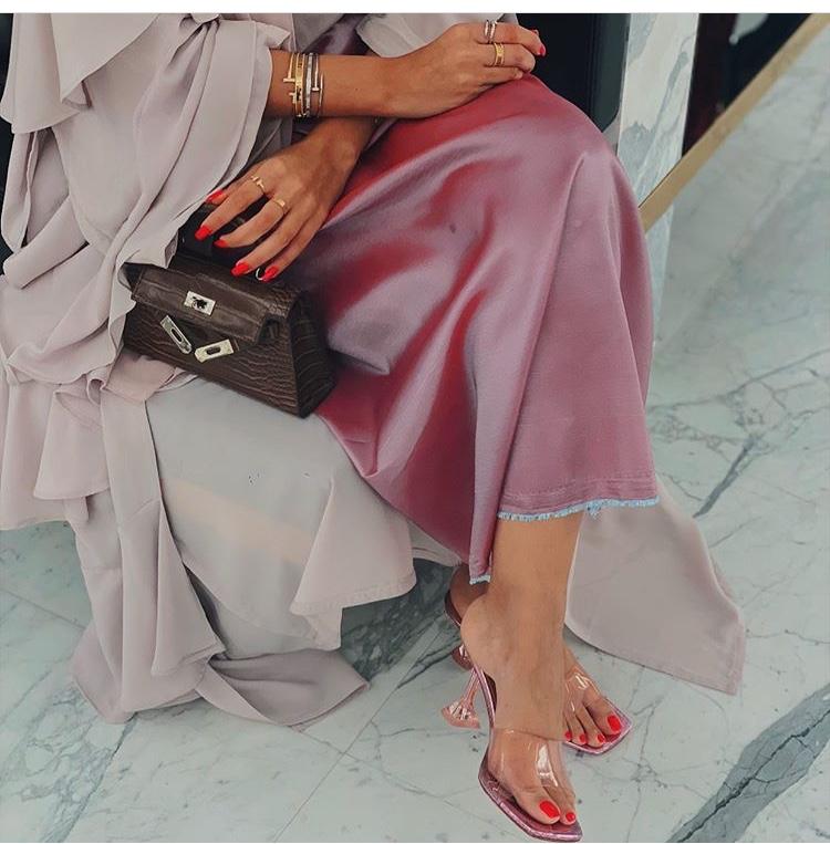 أحذية الميول الشفافة مع موديلات العبايات الناعمة