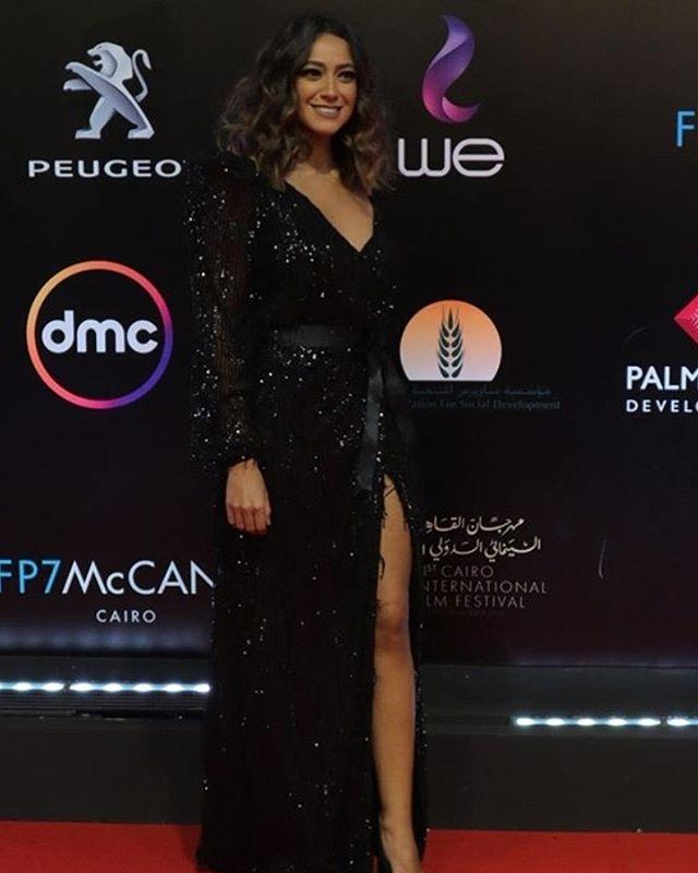 هند عبد الحليم بفستان أسود براق