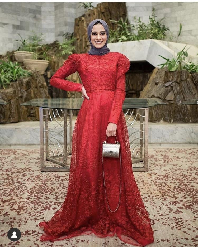 الفستان الأحمر اللامع مع الأكمام المنفوخة