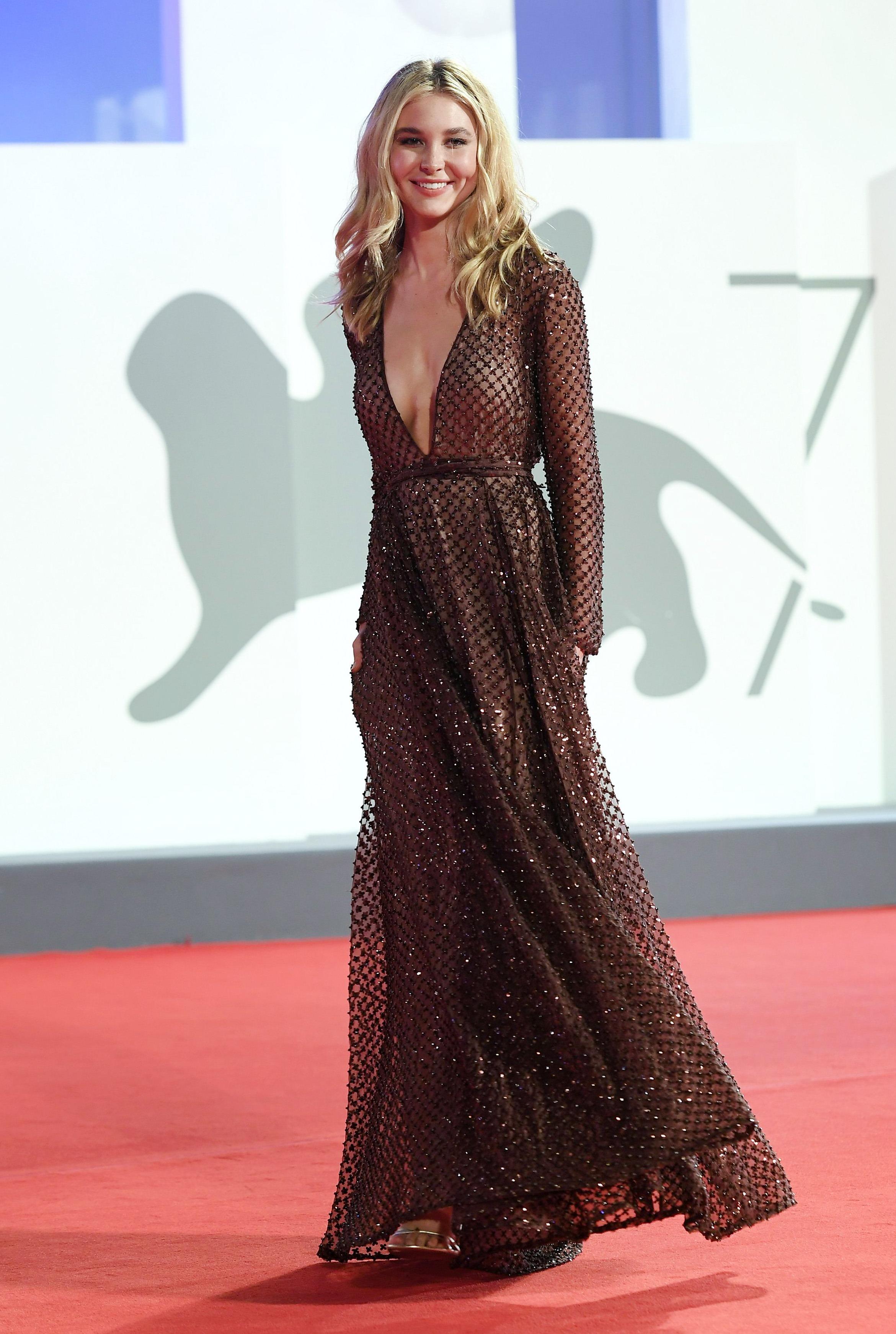 Isabel May بفستان من فالنتينو