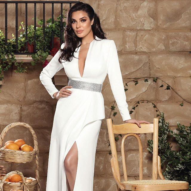 فستان أبيض طويل مع فتحة الساق