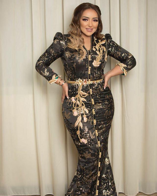 القفطان الأسود مع حزام الخصر الذهبي من جميلة بدوي