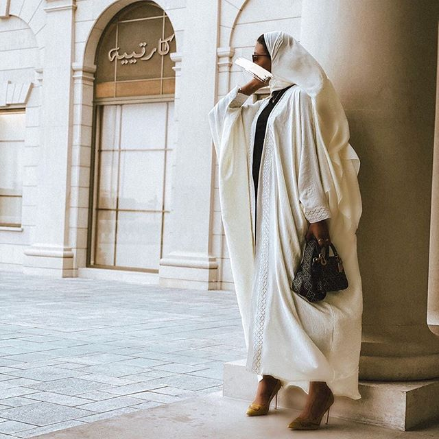 العبايه باللون الأبيض الكريمي مع الموديل