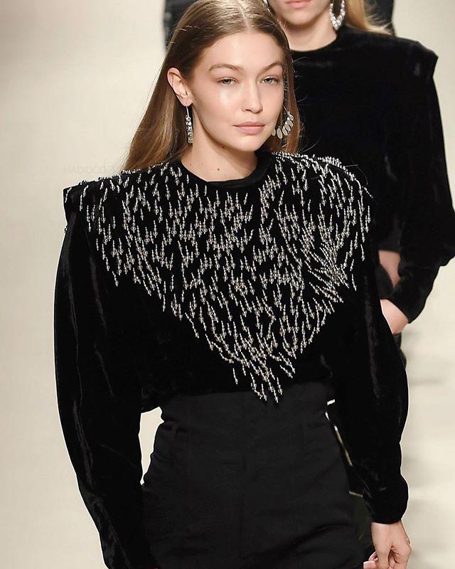 إطلالة محايدة باللون الأسود الكلاسيكي بأسلوب Isabel Marant