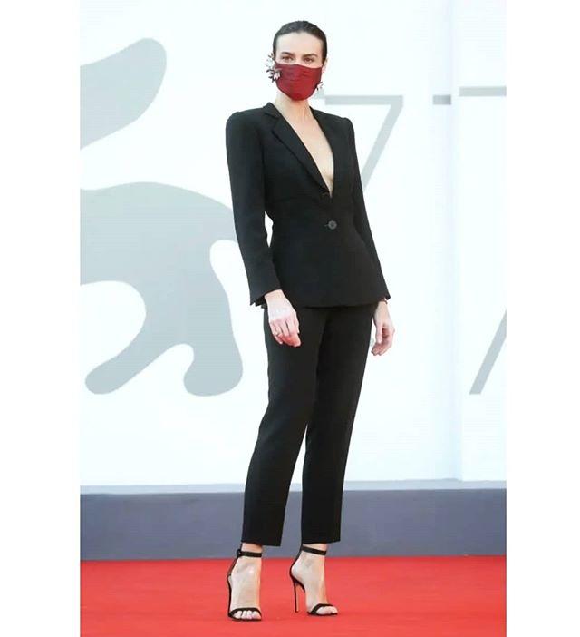 إطلالة كلاسيكية بالبدلة السوداء للممثلة البولندية Kasia Smutniak