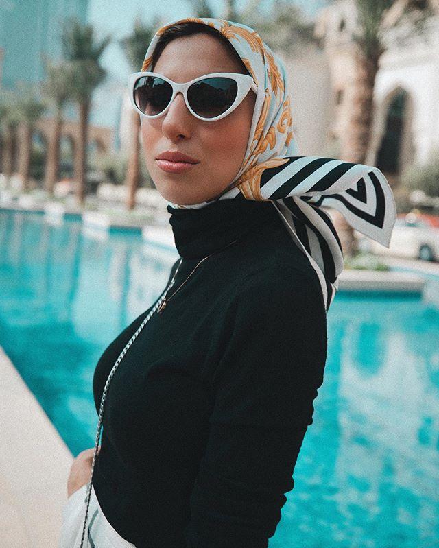 كيف تنسقين بلوفر الصوف عالي الرقبة مع الحجاب والأكسسوار؟