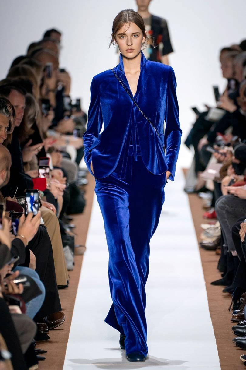 البدلة الزرقاء من Akris