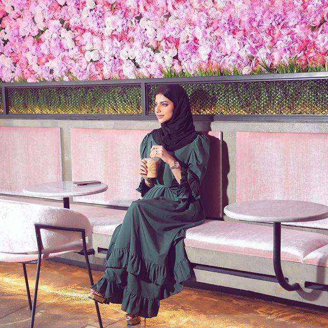 العبايه الفستان باللون الأخضر مع تفاصيل الكشكشة
