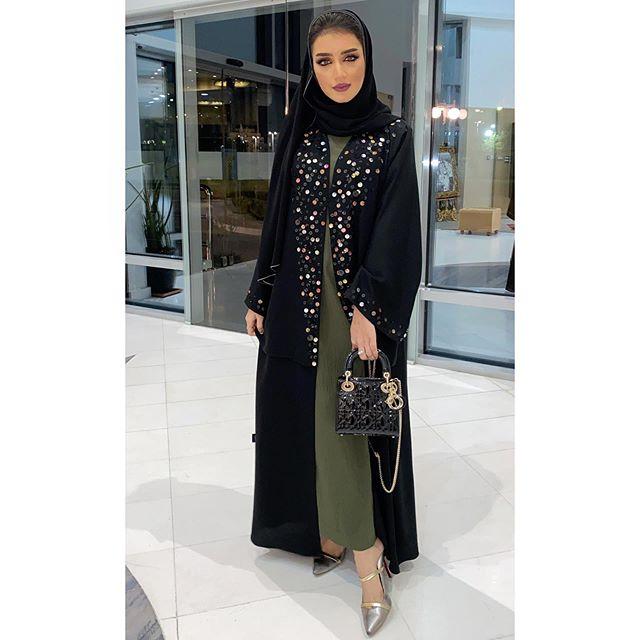 العباية المعطف باللون الأسود مطرزة بالملاليم