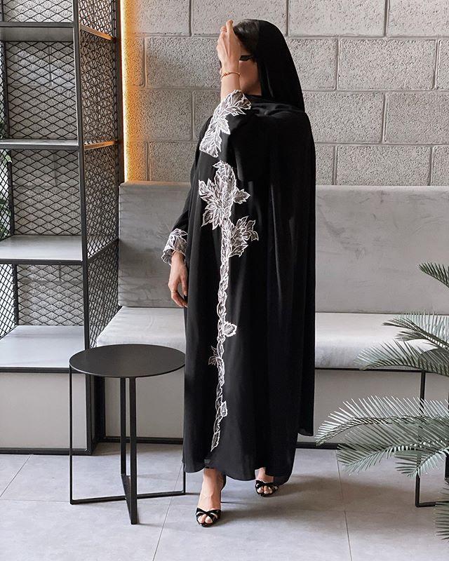 العبايه السوداء المطرزة بالورود من الفاشينيستا جوري