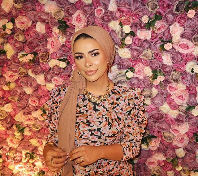 لفة الحجاب الفضفاض المربوطة للوراء