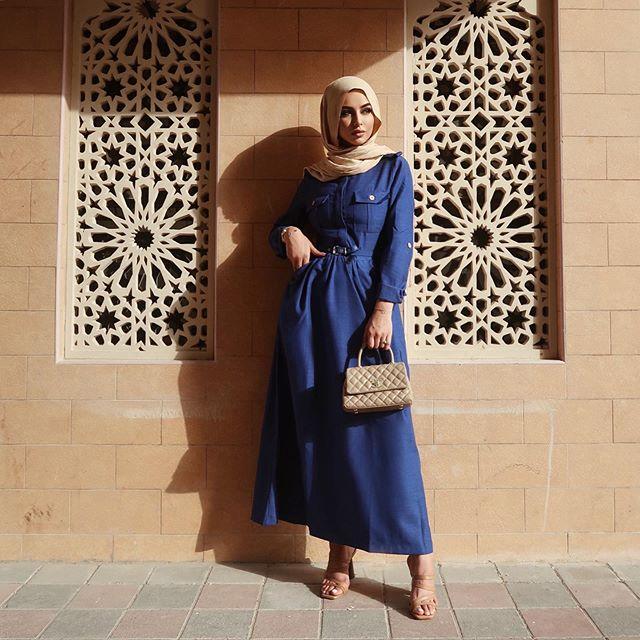الفساتين باللون الأزرق الأكلاسيكي لاطلالة أنثوية