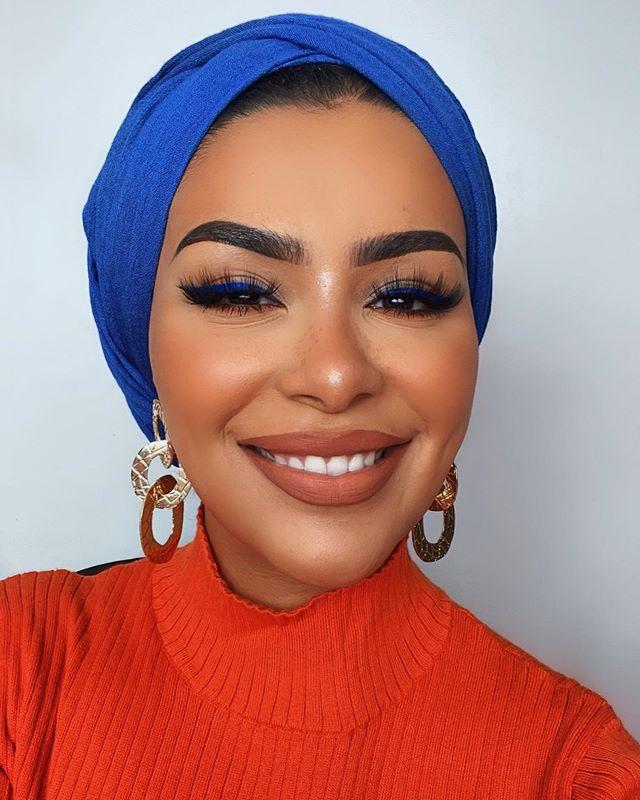 الحجاب باللون الأزرق جذاب وغير تقليدي