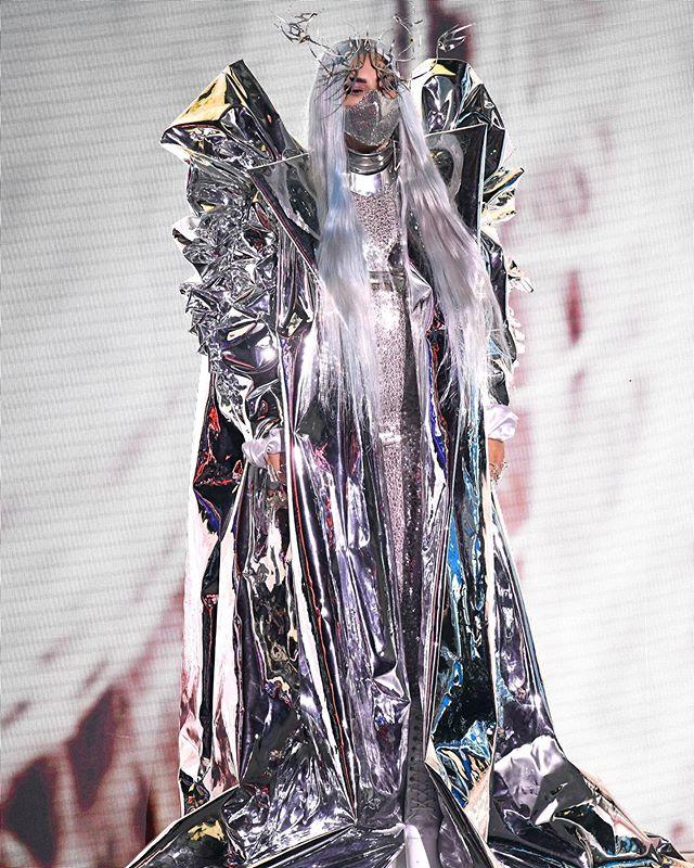 الليدي غاغا بإطلالة غير اعتيادية لفستان مستوحى من بدلة الفضاء