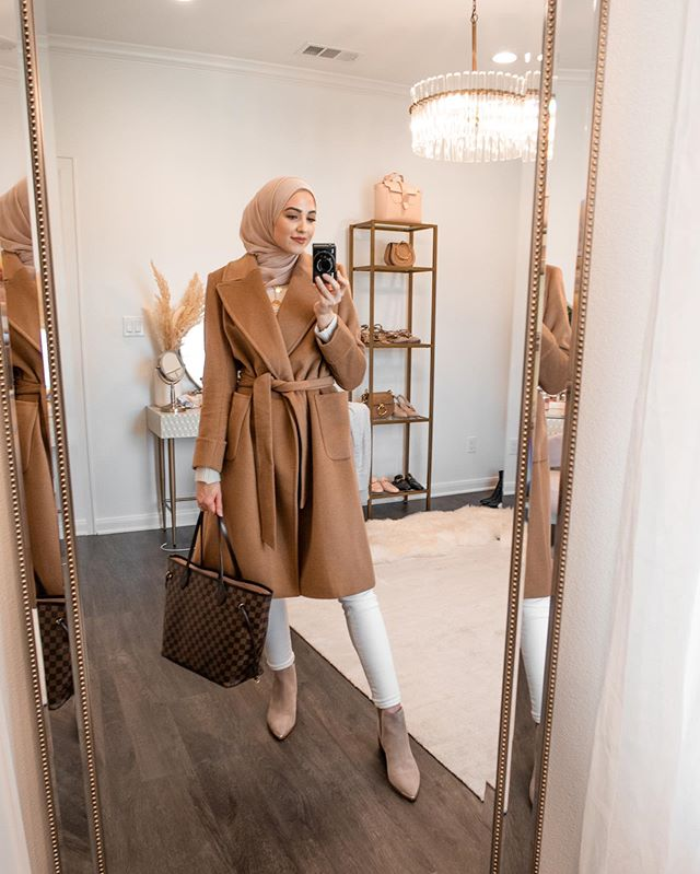 معطف البيج البسيط مع الجيوب والبنطلون الأبيض