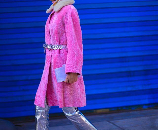 المعطف الفرو البينك مع البنطلون الميتالك لاطلالة أنثوية مبهجة