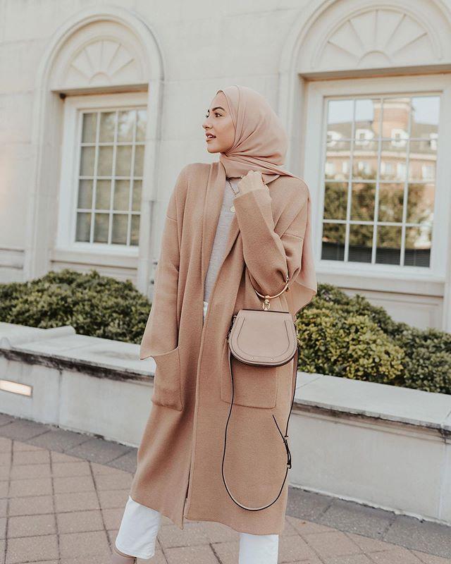 تنسيق الحجاب مع المعطف البيج
